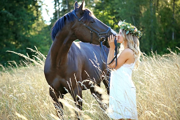 Avery kissing her horse in a filed with Puyallup senior photographer, Tara Giles Photography