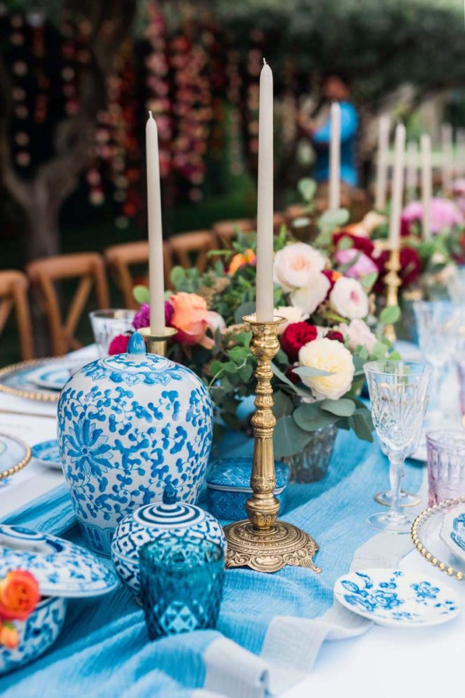 chinese-blue-and-white-ceramics-wedding-reception-long-table-gold-candlesticks-blue-runner